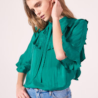 https://fr.sandro-paris.com/fr/femme/tops-et-chemises/top-a-volants-avec-lien-a-nouer/E10757E.html?dwvar_E10757E_color=80
