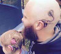 padre genial se tatua aparato de audicion en la cabeza