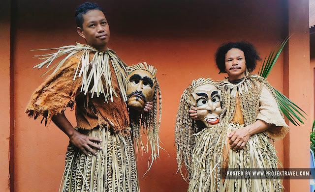 watak penari lelaki memakai topeng iaitu Tok Pongkol dan Tok Nani