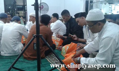BUKA PUASA :  Para tamu dan  undangan menyantap paket buka puasa yang sudah disiapkan oleh panitia..  Foto Asep Haryono