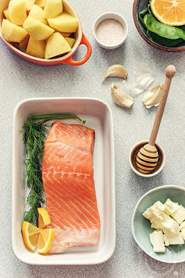 Pečeni losos sa sosom od meda, putera i belog luka