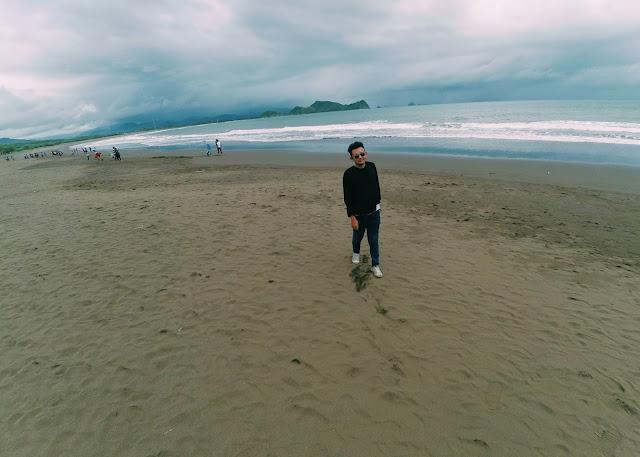 Pasir Pantai Watu Ulo yang unik berwarna hitam
