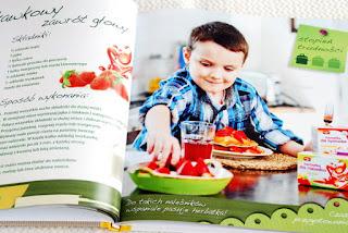 Wnętrze książki, truskawkowe naleśniki z reklamą herbatek