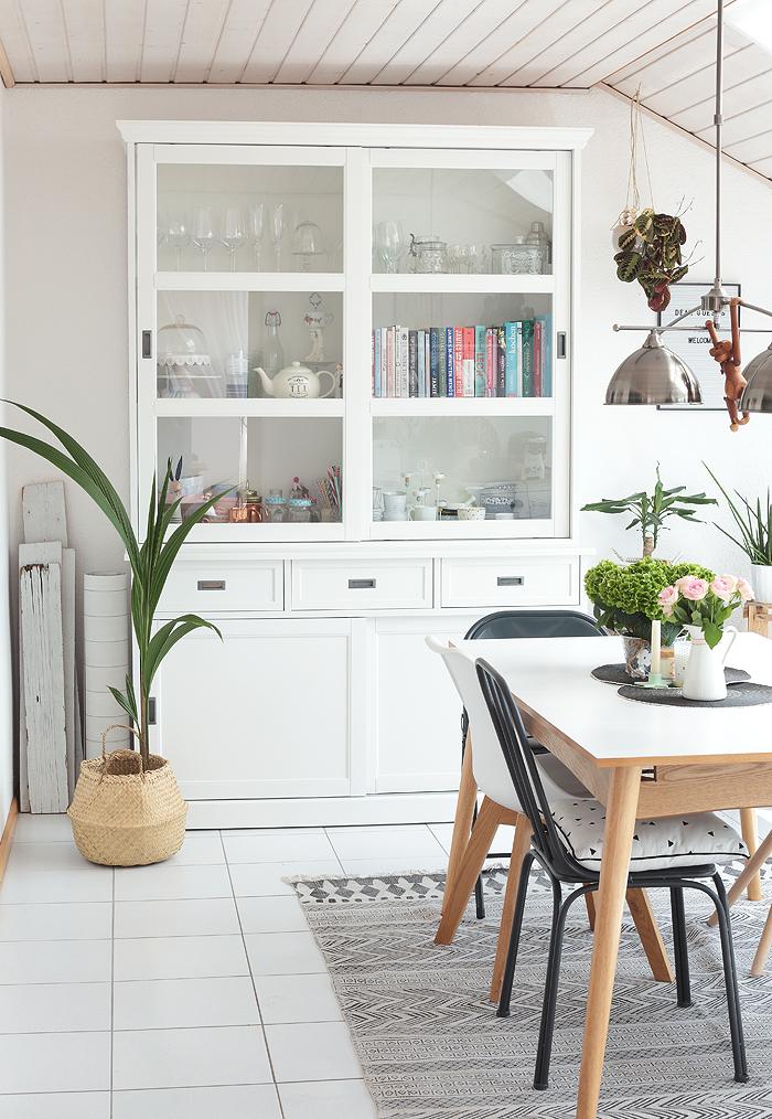 puppenzimmer unser neues esszimmer schaut mal rein mit vorher nachher vergleich. Black Bedroom Furniture Sets. Home Design Ideas