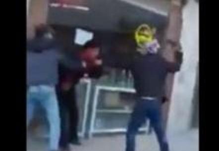 ضربه بالساطور على رأسه وصرخ 'اعتدى على محارمي' شاهد .. هذا ما فعله شاب بآخر في الرياض
