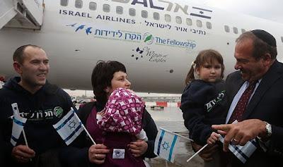 El Movimiento Internacional de los cristianos y los Judios, que tiene un presupuesto anual de más de u$s 100 millones, trajo a 83 nuevos inmigrantes en dos aviones el lunes desde París, después de una ceremonia encabezada por el fundador del grupo, el rabino Yechiel Eckstein.