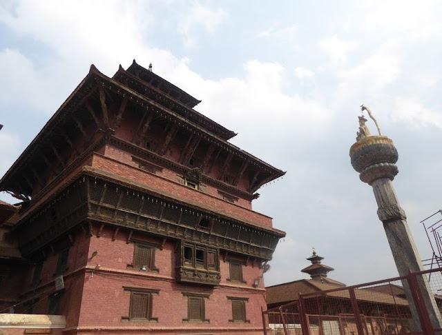 la colonna col re Yoganarendra Malla