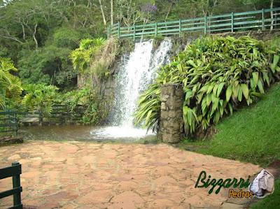 Calçamento com pedra São Carlos na praça em frente a cachoeira com execução do paisagismo em condomínio em Atibaia-SP.