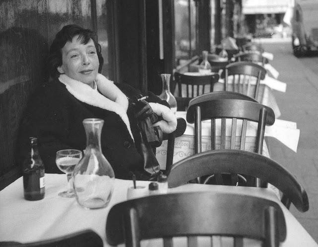 Foto da escritora Marguerite Duras no Petit Saint-Bernît, 1955