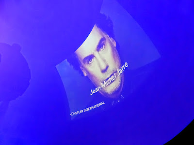 Jean-Michel Jarre sous le dôme du planétarium de Bochum / photo S. Mazars