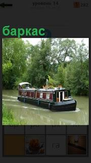 По реке плывет судно баркас и перевозит в закрытом состоянии нрузы