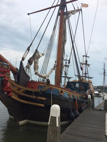 Barco antiguo en el puerto de Volendam. caravaneros.com