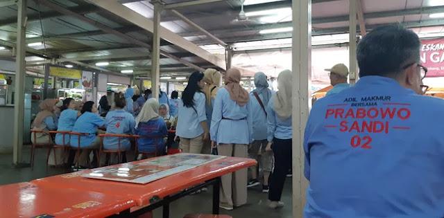 Tutup Program Rabu Biru, Relawan Prabowo-Sandi Adakan Bakti Sosial