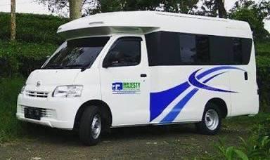 Berwisata ke Banyuwangi dengan rumah mobil model karavan.