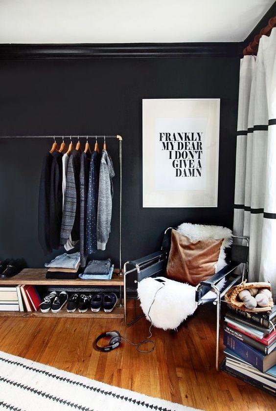 Decoração de quarto masculino com arara de roupas