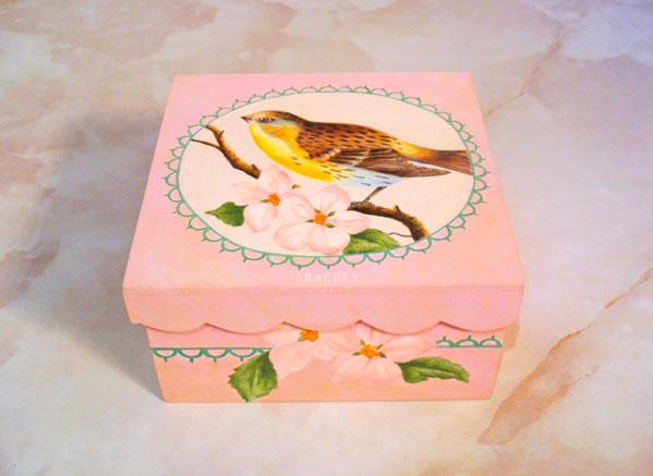 caja pintura decorativa ave y flores