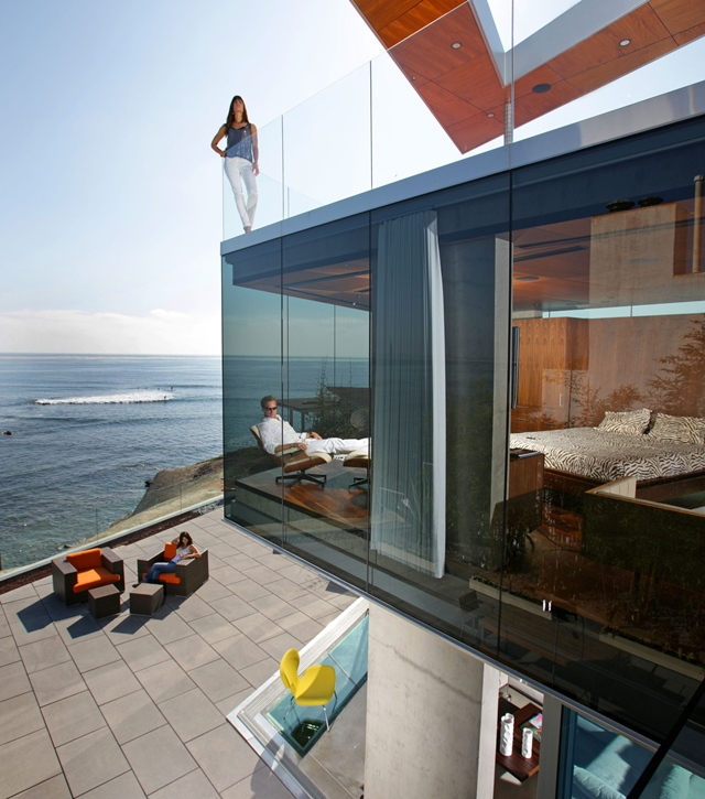 Picture of modern cliff house and its glass walls overlooking the ocean