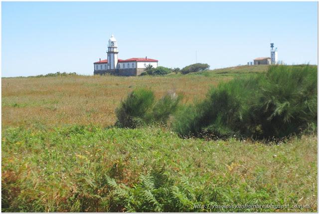A la izquierda el antiguo faro, a la derecha los modernos radares