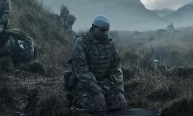 Video Viral, Tentara Inggris Menjaga Temannya yang Sholat