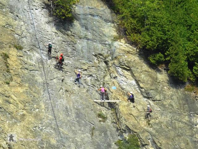 Es gibt verschiedene Wege um zum Wasserfall zu gelangen. Von oben ueber die Haengebruecke, von unten durch den Park, mit der Seilbahn, oder aber etwas aufregender... free climbing an der Felswand entlang