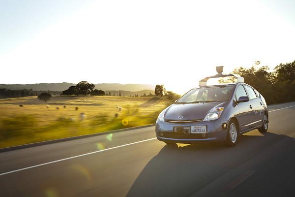 行駛中的 Google 自動車,底層就是 Toyota 的油電混合車 Prius,摘自 Google 自動車計畫網站