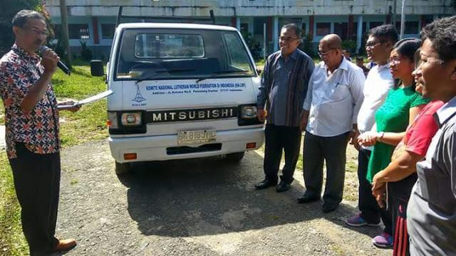 Kepala sekolah SMK GKPI 1 Pematangsiantar T.Hotlion Sihombing SSi, MM dan gurumenerima mobil praktek dari Luteran Church of Australia.