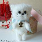 http://www.howtoamigurumi.com/amigurumi-fluffy-cat-free-pattern/