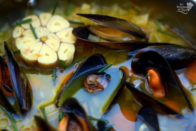 Sopa-de-ajo-vegetales-y-mejillones-04