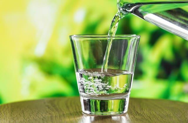 Minum air putih terlihat sederhana, tapi efeknya bisa membuat kulit halus dan bebas keriput