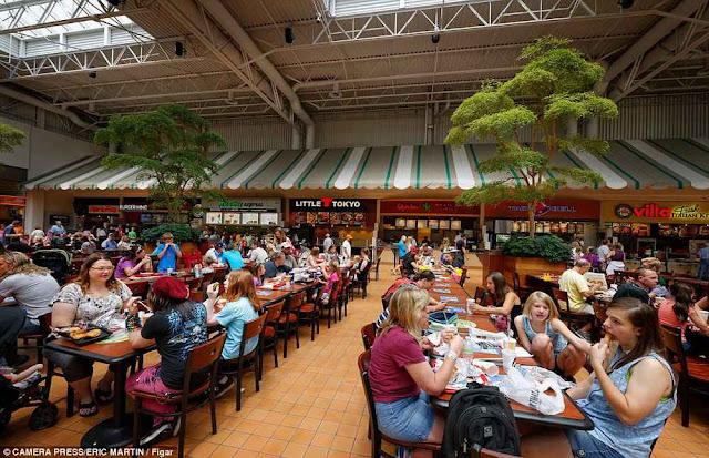 Praça de alimentação em qualquer parte do mundo.