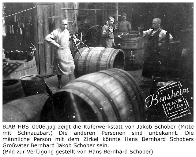 BIAB HBS_0006.jpg zeigt die Küferwerkstatt von Jakob Schober (Mitte mit Schnauzbart) Die anderen Personen sind unbekannt. Die männliche Person mit dem Zirkel könnte Hans Bernhard Schobers Großvater Bernhard Jakob Schober sein. Das Bild wurde von Herrn Hans Brnhard Schober zur Verfügung gestellt.