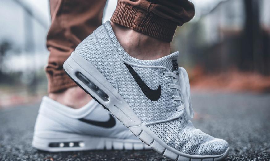 Sneakers dragen tijdens de koude dagen en hoe combineer je het