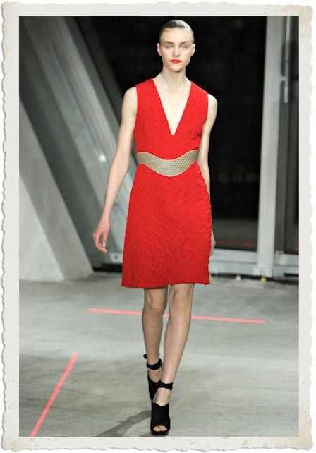 vestirsi di rosso secondo Jonathan Saunders