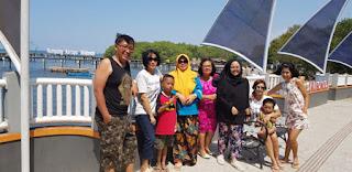 Dhanik dan keluarga di Dermaga Gundil, Situbondo