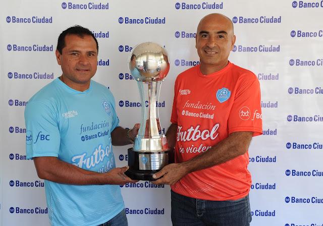 Marcelo Delgado y José Tiburcio Serrizuela junto a la Copa Fundación Banco Ciudad por un Fútbol sin Violencia