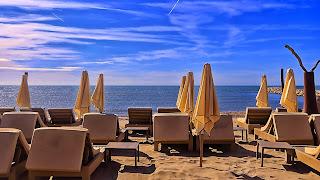 Strandstoelen en parasols op het strand