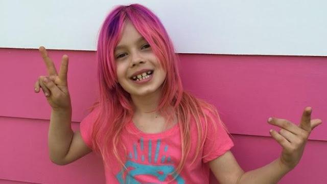 Menina trans com roupas e cabelos rosa