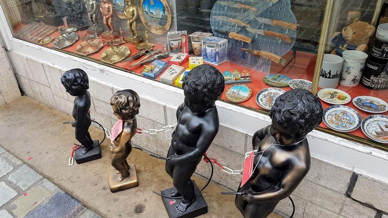 紀念品商店外的小童們