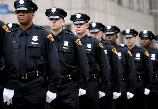 Un grupo de policías desfilando.