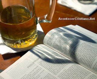 Vaso con cerveza junto a una Biblia