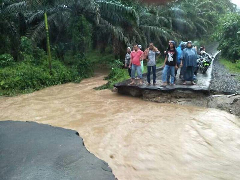 Jalan penghubung yang terputus akibat banjir