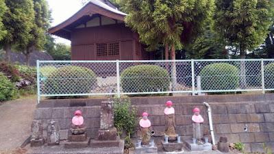 神社裏側のお地蔵様