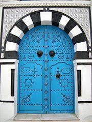 باب مزوق بمسامير الحديد من مدينة سيدي بوسعيد