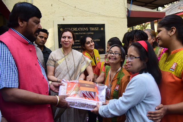 Specially-abled women along with dr. Khanna hanover a momento to Shri Athawale