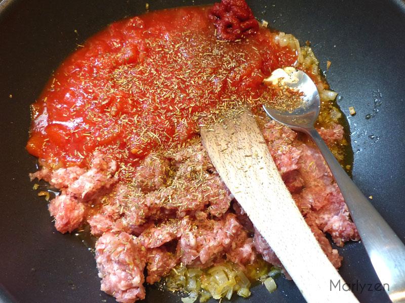 Ajoutez la viande, les tomates, etc.
