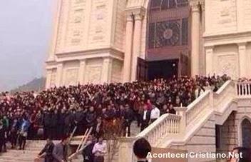 Cristianos defienden iglesia ante demolición