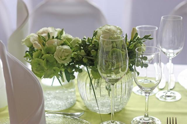Tischblumen - Hochzeit in Grün und Weiß im Riessersee Hotel Garmisch-Partenkirchen Bayern, Regenhochzeit im Sommer, Wedding Bavaria - wedding green white