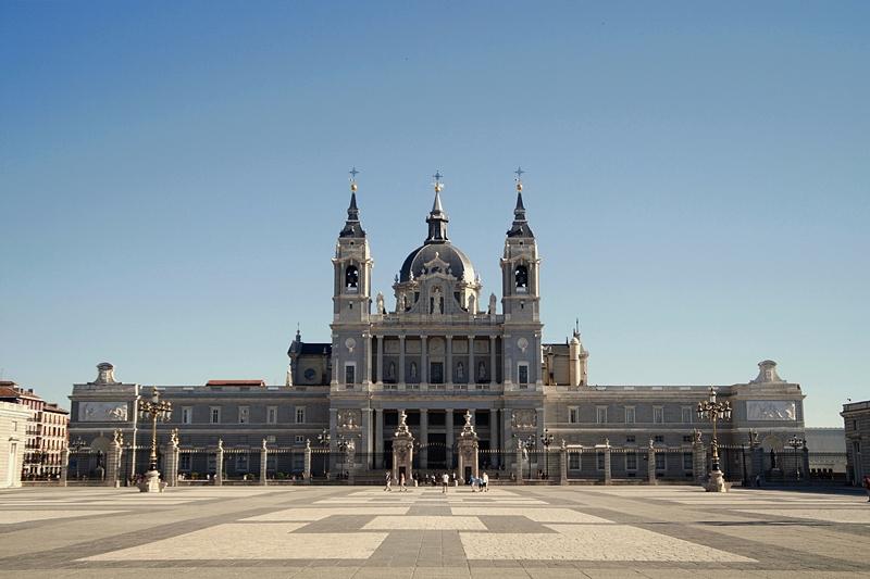 Kathedrale Almudena Madrid vom Innenhof des Königspalasts aus gesehen