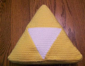 http://translate.googleusercontent.com/translate_c?depth=1&hl=es&rurl=translate.google.es&sl=en&tl=es&u=http://cattycrochet.blogspot.com.es/2012/12/legend-of-zelda-triforce-pillow.html&usg=ALkJrhjOsMPsf-DZGgl61k15RzI1vdAaEg