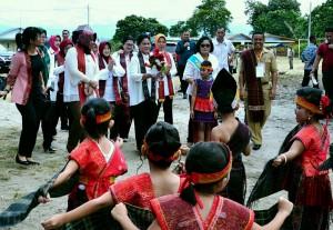 Ibu Iriana Kampanye Pola Asuh Berbasis Karakter kepada Masyakat Toba Samosir